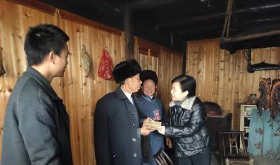 学校领导赴驻村帮扶点开展春节慰问活动